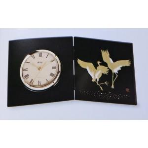 Pendule en bois laqué noir, décoration Grues dorées